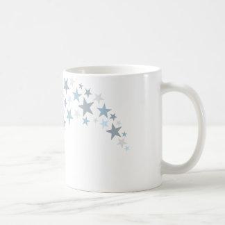 Balón de fútbol del vuelo con las estrellas tazas de café