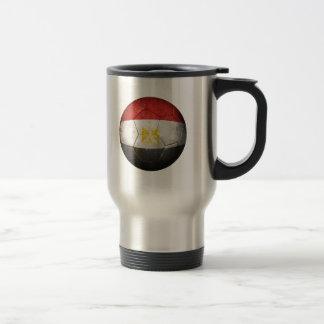 Balón de fútbol egipcio gastado de fútbol de bande taza de café