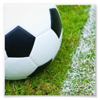 Balón de fútbol en el primer de la hierba fotografía