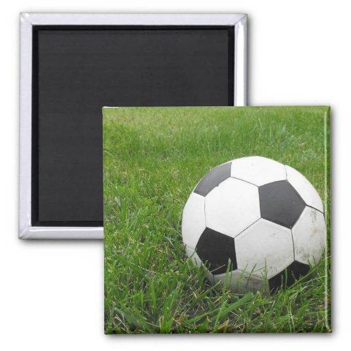 Balón de fútbol en hierba imán cuadrado