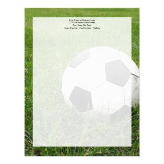 Balón de fútbol en hierba plantilla de membrete