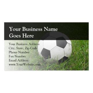 Balón de fútbol en hierba plantilla de tarjeta personal