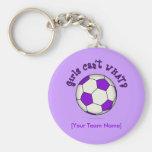 Balón de fútbol en púrpura llaveros
