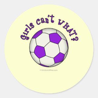 Balón de fútbol en púrpura pegatina redonda