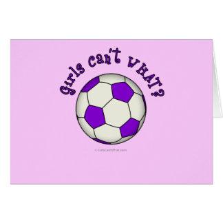 Balón de fútbol en púrpura tarjeta de felicitación