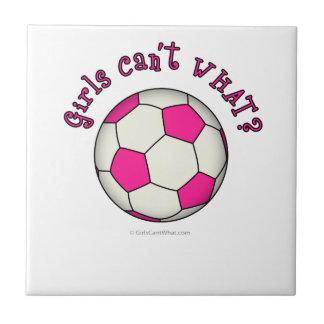 Balón de fútbol en rosa azulejos