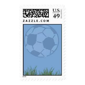 Balón de fútbol en tema del deporte de la tarjeta envio