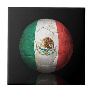 Balón de fútbol gastado de fútbol de bandera mexic azulejos cerámicos