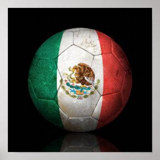 Balón de fútbol gastado de fútbol de bandera mexic póster