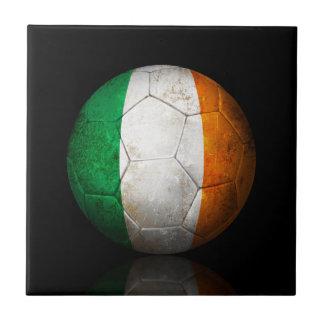 Balón de fútbol irlandés gastado de fútbol de band azulejos cerámicos