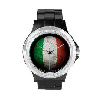 Balón de fútbol italiano gastado de fútbol de relojes de mano