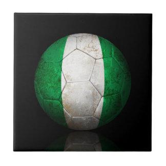 Balón de fútbol nigeriano gastado de fútbol de ban teja