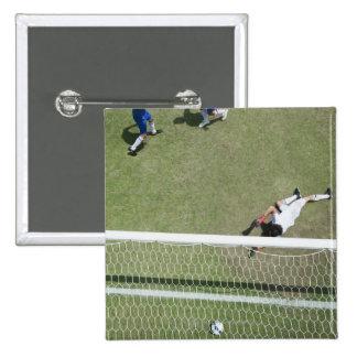 Balón de fútbol que falta del portero del fútbol pin cuadrado
