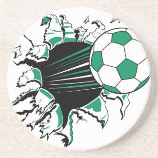 balón de fútbol que rasga a través posavasos manualidades