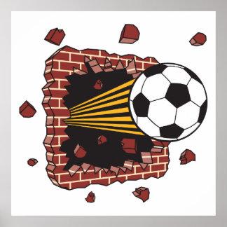 balón de fútbol que se rompe a través de ladrillos póster