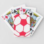 Balón de fútbol rojo del escarlata barajas de cartas