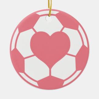 Balón de fútbol rosado con el corazón adorno navideño redondo de cerámica