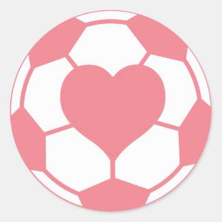 Balón de fútbol rosado con el corazón pegatina redonda