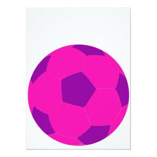 """Balón de fútbol rosado y púrpura invitación 5.5"""" x 7.5"""""""