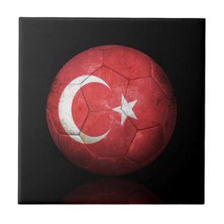Balón de fútbol turco gastado de fútbol de bandera teja cerámica