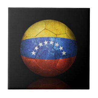 Balón de fútbol venezolano gastado de fútbol de ba azulejo