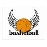 Baloncesto con las alas tarjeta postal