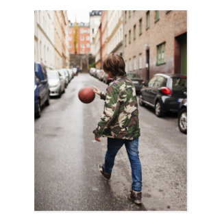 Baloncesto de goteo del adolescente postal