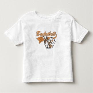 Baloncesto del equipo con las camisetas y los