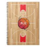 Baloncesto del monograma en la cancha de básquet
