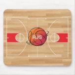Baloncesto del monograma en la cancha de básquet tapetes de ratón