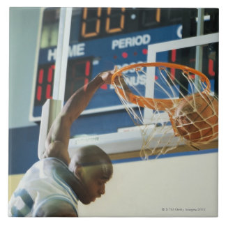 Baloncesto dunking del golpe del hombre azulejo cuadrado grande