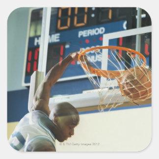 Baloncesto dunking del golpe del hombre pegatina cuadrada