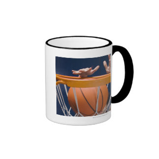 Baloncesto dunking del hombre taza a dos colores