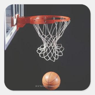 Baloncesto en el aro, primer 2 pegatina cuadrada