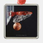 Baloncesto en el aro, primer adorno navideño cuadrado de metal