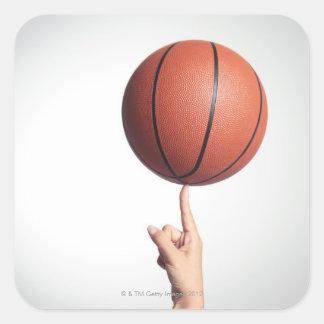 Baloncesto en el dedo índice, primer de las manos pegatina cuadrada