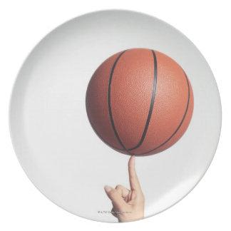 Baloncesto en el dedo índice, primer de las manos platos para fiestas