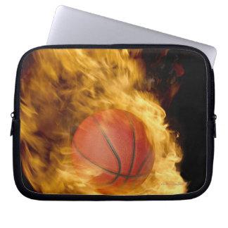Baloncesto en el fuego (compuesto digital) funda computadora