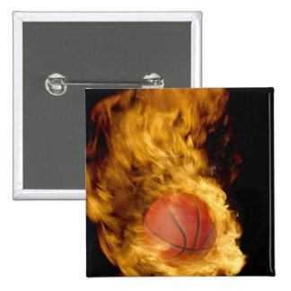 Baloncesto en el fuego (compuesto digital) pin cuadrado
