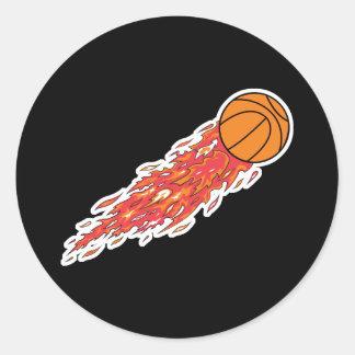 baloncesto en el fuego pegatina redonda