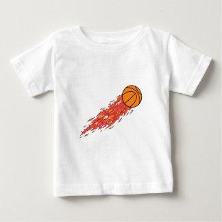 baloncesto en el fuego camiseta