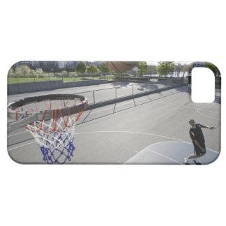 baloncesto maduro del tiroteo del hombre funda para iPhone 5 barely there