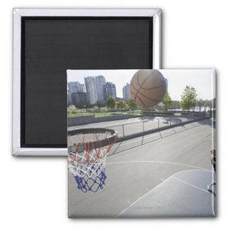 baloncesto maduro del tiroteo del hombre imán cuadrado