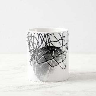 Baloncesto negro y blanco taza clásica