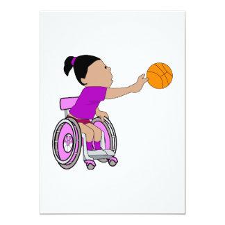 """Baloncesto púrpura del chica de la silla de ruedas invitación 5"""" x 7"""""""