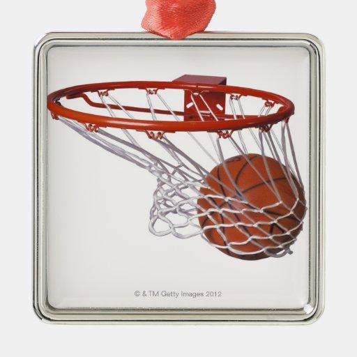 Baloncesto que pasa a través de aro adorno cuadrado plateado