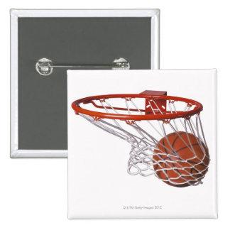 Baloncesto que pasa a través de aro pin cuadrado