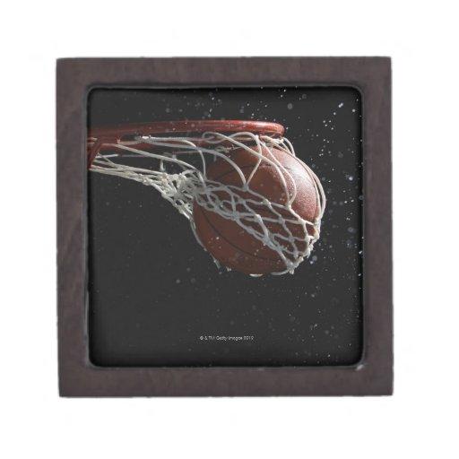 Baloncesto que pasa a través del aro 2 cajas de recuerdo de calidad