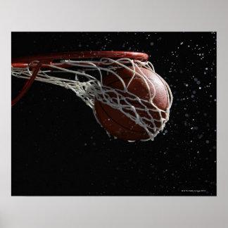 Baloncesto que pasa a través del aro 2 póster