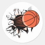 baloncesto que rasga a través etiquetas redondas